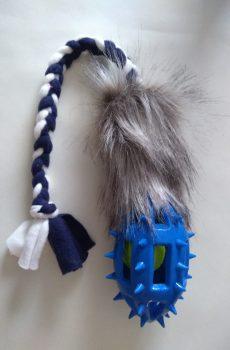 kampleksak till hund med fuskpäls och taggig boll och blå vit fleece handtag