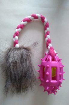 Football tail är en extremt rolig hundleksak med päls som motiverar hunden till att gripa och kampa med taggig rosa boll