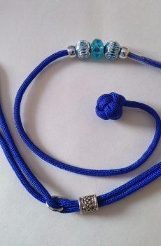 blått kort utställningskoppel till hund i paracord med blå pärlor och boll handtag