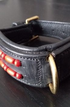 läderbalsband med röda pärlor till hund