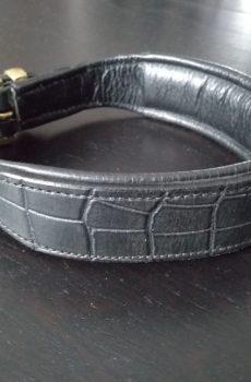 svart läderhalsband med djurmönster prägling