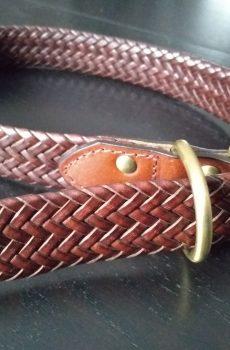 ställbart halsband i brunt flätat läder till hund från backbone