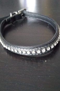 smalt halsband i svart läder med klar strass till hund
