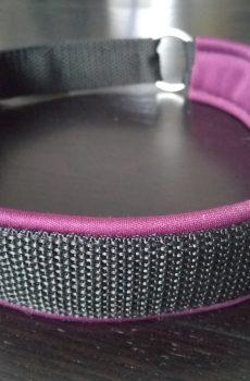 halvstryp halsband i svart nylon med plommon lila foder