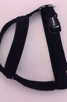 h-sele till hund i svart framknäppning som funkar som antidrag och koppling på ryggen för vanlig sele