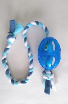 rolig kampleksak till hund med blå fleecehandtag och blå boll med bjällra