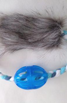 rolig belöningsleksak i form av en ring med fuskpäls och blå boll med bjällra och mjuk fleece