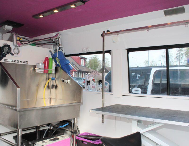 mobil hundfrisör och kattfrisör ombyggd buss inredd med trimbord hundfön hundbadkar för att kunna klippa och bada djur